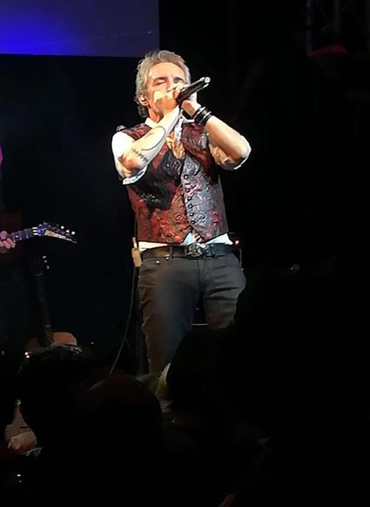Ramoncín tocando la armónica junto a Juan Blas Becerra